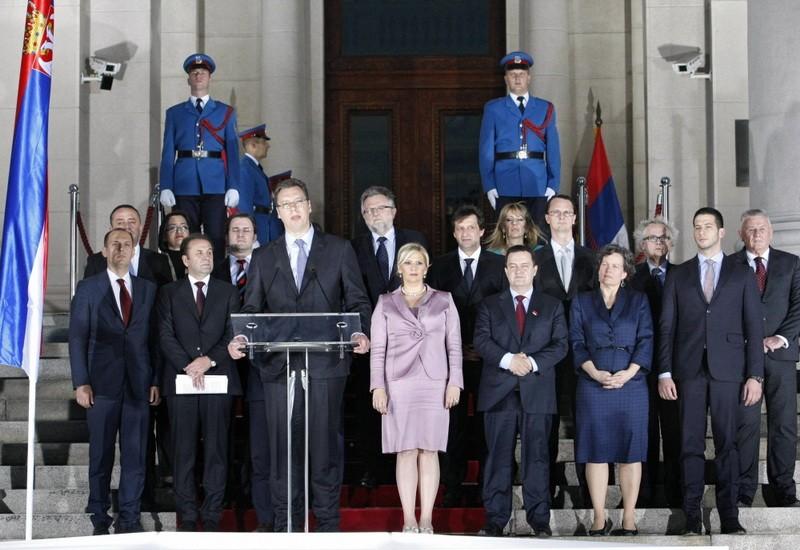 premijer-vlada-vucic-pred-skupstinom.jpg