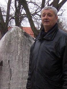 Радован Калабић крај мрамора у Црквинама, којим је обележено место где је Свети Деспот Стефан Лазаревић предао душу Богу.
