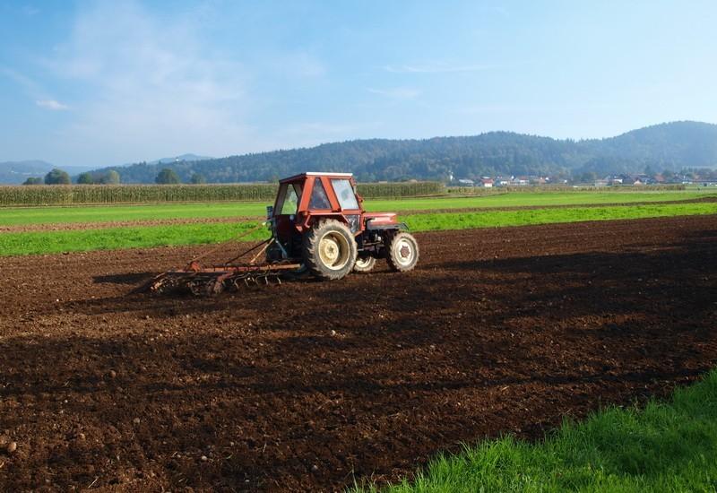 traktor-njiva-poljoprivreda-zemlja.jpg